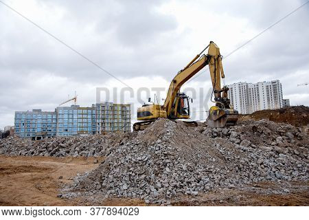 Excavator With Jaw Crusher Bucket For Crushes Concrete And Recycle Material. Mb Crusher Screening Bu