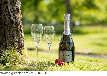 Glastonbury, Somerset Uk - June 23 2020: A Bottle Of Sparkling Wine And Strawberries In A Beautiful