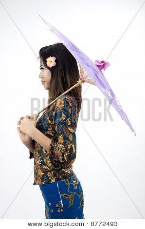Menina asiática com Kebaya vestido