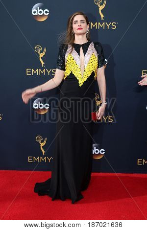 LOS ANGELES - SEP 18:  Amanda Peet at the 2016 Primetime Emmy Awards - Arrivals at the Microsoft Theater on September 18, 2016 in Los Angeles, CA