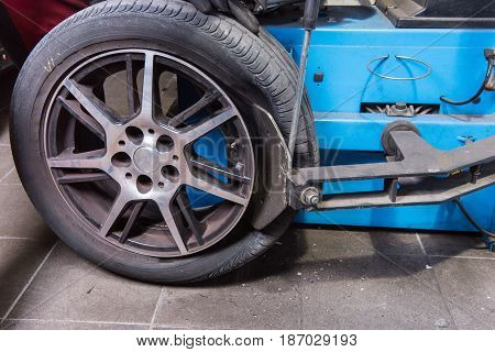 Machine for the tyre change in a car repair