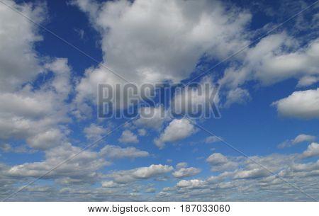 Blue sky with beautiful cumulus clouds in contrast