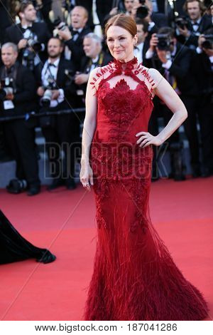 Julianne Moore attends the 'Ismael's Ghosts (Les Fantomes d'Ismael)' screening and Opening Gala during the 70th annual Cannes Film Festival at Palais des Festivals on May 17, 2017 in Cannes, France.