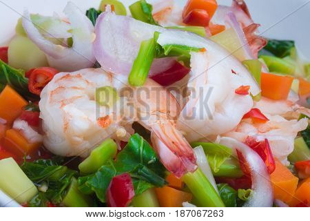 CLOSE UP SPICY VEGETABLE SALAD WITH SHRIMPS