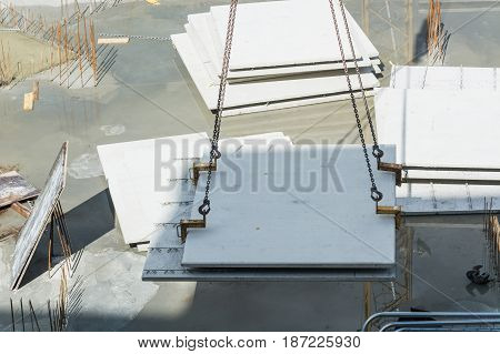 Construction of steel and concrete for the construction of an apartment building with underground parking with precast concrete walls.