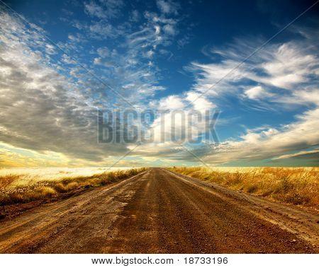 Estrada rural e bela cloudscape