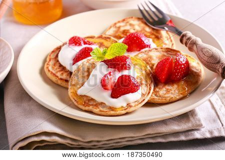 Scottish oat pancakes with honey and strawberry