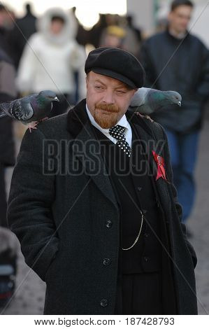 MOSCOW, OCT 29, 2005: Vladimir Lenin clone on Red Square among tourists and dove birds. Photo session with famous Russian historical politicians celebrities clones for tourists and Moscow guests