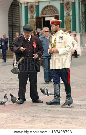 MOSCOW, OCT 29, 2005: Vladimir Lenin and emperor Nikolay II Romanov clones on Red Square among tourists and dove birds. Photo session with famous Russian politicians celebrities for tourists
