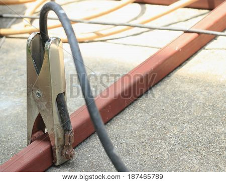 The cable clamp electrical ground connection on floor