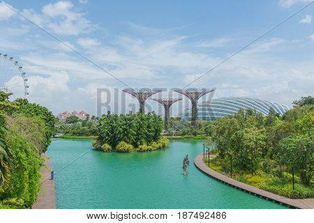 Singapore-february 1, 2017 : Landscape Of Lake And Supertrees At Gardens By The Bay At Singapore