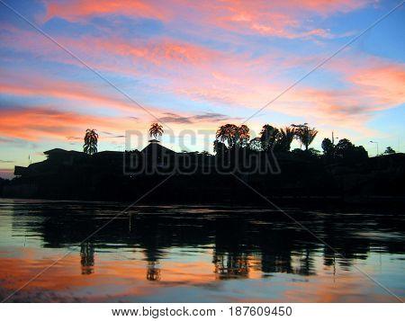 Atardecer en la amazonia ecuatoriana en el rio Napo.