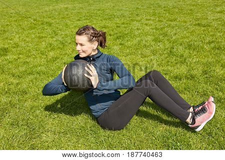 Woman with gewichtsball training at the park