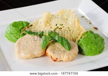 Steamed meatballs with potato-broccoli puree