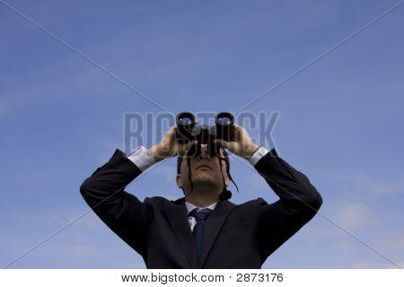 Businessman looking durch Ferngläser