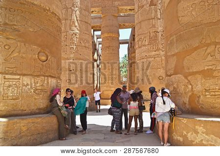 Karnak, Egypt - 17th May, 2018: A Group Of Adult Tourists Africans And Caucasian Visiting The Interi