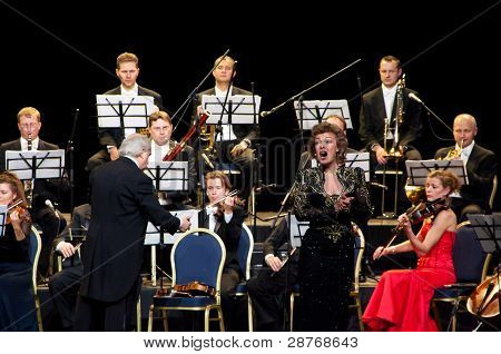 Conductor, singer and orchestra