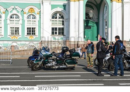 St Petersburg, Russia-september 26, 2020: Motorcyclists On Various Bikes And Onlookers Are On Palace