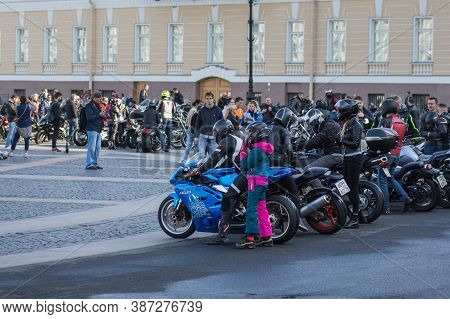 St Petersburg, Russia-september 26, 2020: Bikers On Their Various Bikes And Onlookers Are On The Pal