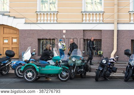 St Petersburg, Russia-september 26, 2020: Bikers On Vintage Motorcycles Are On Palace Square Wait St