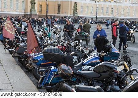 St Petersburg, Russia-september 26, 2020: Bikers With Their Motorcycles And Some Public On The Palac
