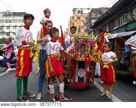 Bangkok, Thailand, November 14, 2015: Group Of People Dressed In The Colors Of Their Clan In A Festi