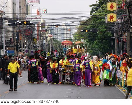 Bangkok, Thailand, November 14, 2015: Many People In Front Of The Float Carrying A Buddha In A Festi