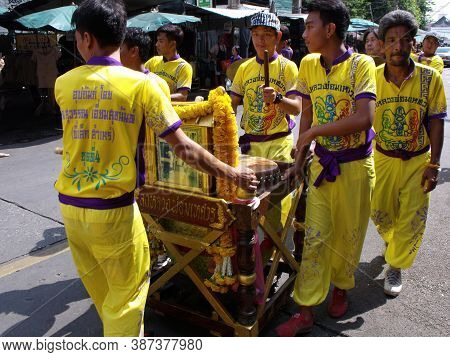 Bangkok, Thailand, November 14, 2015: A Group Of Men Carrying A Cart With Drums In The Parade Of A F