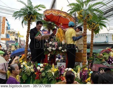 Bangkok, Thailand, November 14, 2015: A Group Of Men In The Float That Carries Buddha In The Parade