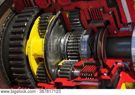 Bulldozer Drive Gear Mechanism Cross Section, Sprockets, Bearings Of Diesel Engine, Large Constructi