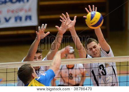 KAPOSVAR, Hongrie - 5 octobre : Peter Juhasz (R) en action à un gam de volley-ball Ligue européenne moyenne