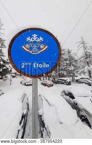 Serre Chevalier , Alpes / France - 09 20 2020 : Ecole De Ski Francais 2eme Etoile Esf Logo And Text