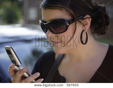 Mirando su teléfono celular