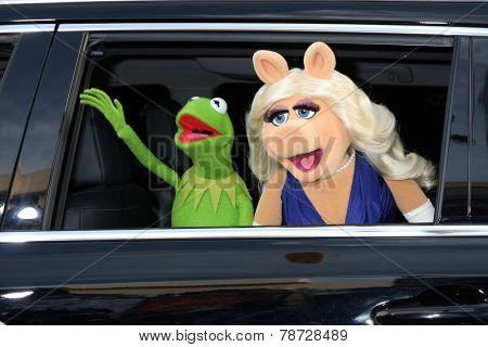 LOS ANGELES - MAR 11:  Kermit the Frog, Miss Piggy at the