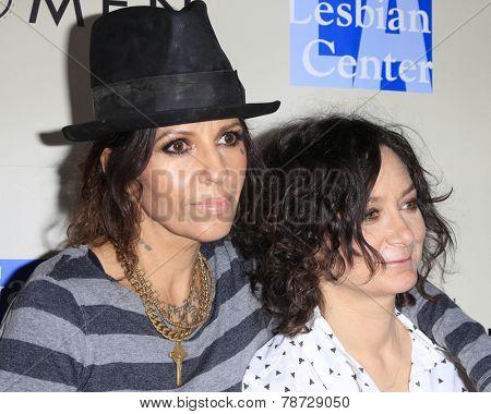 LOS ANGELES - MAR 3:  Linda Perry, Sara Gilbert at the