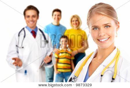 Médico e família jovem