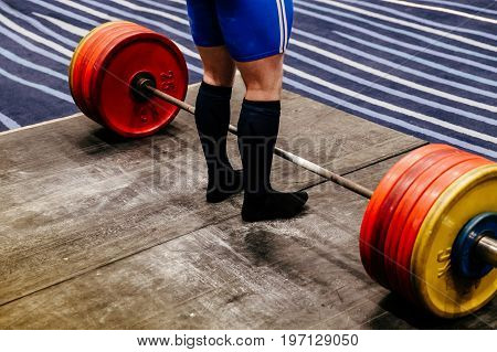 training attempt male powerlifter deadlift in gym