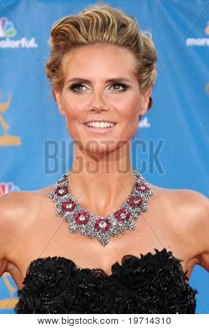LOS ANGELES - AUG 29:  Heidi Klum arrives at the 2010 Emmy Awards at Nokia Theater at LA Live on August 29, 2010 in Los Angeles, CA
