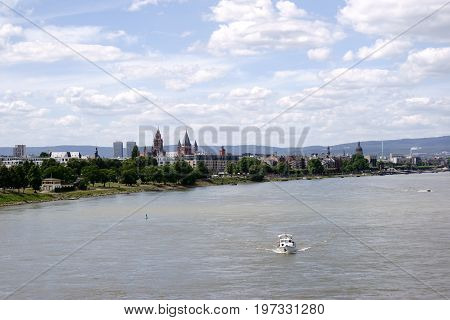 A view over the city of Mainz with its cathedral and the promenade along the river Rhine.