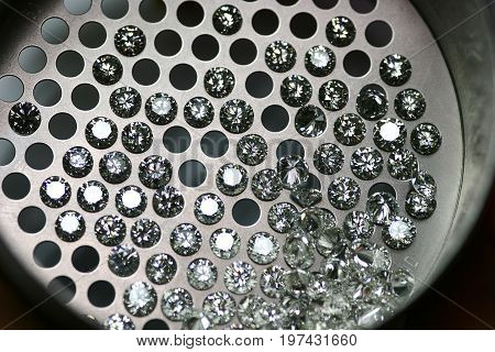 Calibrated diamonds through the sieve. A working tool for measuring the size of your diamond