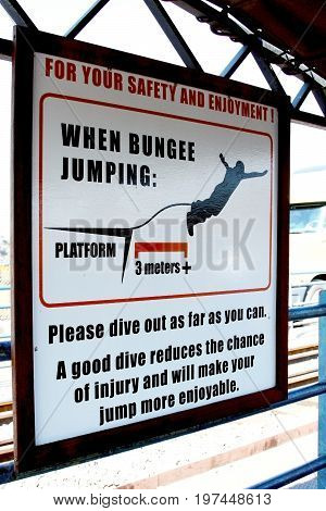 Sold out on the bridge over the Zambezi about the rules of the jump with