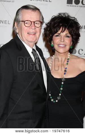 LOS ANGELES - NOV 13:  Robert Daly, Carole Bayer Sager arrives at the MOCA's Annual Gala