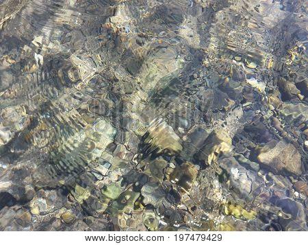 La vista de piedras en el fondo del rio