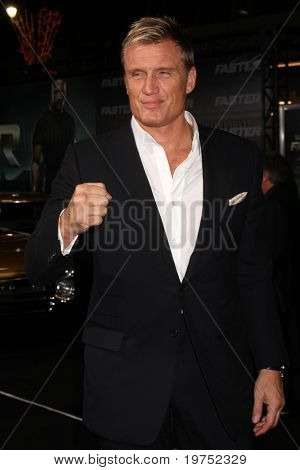 LOS ANGELES - NOV 22:  Dolph Lundgren arrives at the