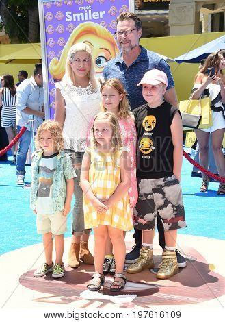 LOS ANGELES - JUL 23:  Tori Spelling, Dean McDermott, Stella, Liam, Hattie, Finn McDermott arrives