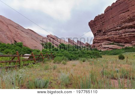 fountain rock formation on trading post hiking trail in red rocks park in jefferson county colorado