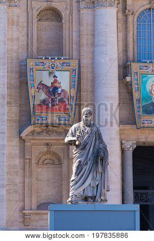 VATICAN CITY VATICAN - OCTOBER 16 2016: Statue Saint Peter in front of St Peter's Basilica on piazza San Pietro in Vatican city