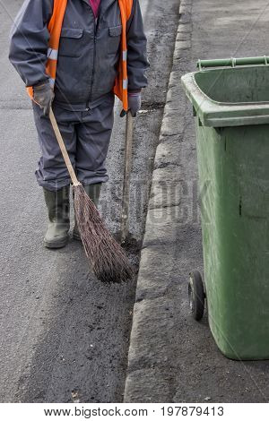 Road Sweeper With Brown  And Shovel