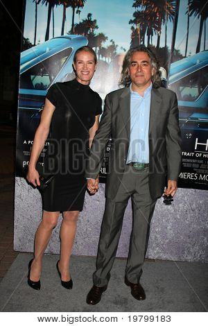 LOS ANGELES - MAR 22:  Kelly Lynch and Mitch Glazer arrive at the HBO's