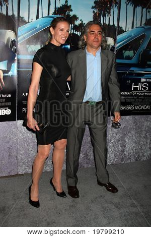 LOS ANGELES - MAR 22:  Kelly Lynch and Mitch Glazer arrives at the HBO's